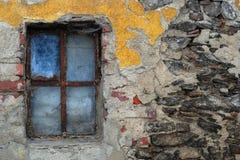 Vecchia finestra nella vecchia parete Fotografia Stock Libera da Diritti