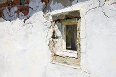 Vecchia finestra nociva in una parete del gesso Immagini Stock Libere da Diritti