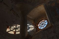 Vecchia finestra rotonda in una costruzione distrutta immagine stock