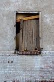 Vecchia finestra sporca sulla vecchia parete sporca Fotografia Stock Libera da Diritti