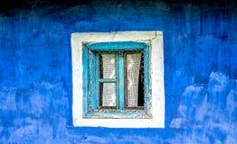 Vecchia finestra su una parete blu Fotografia Stock Libera da Diritti