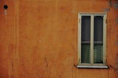 Vecchia finestra su una parete gialla Fotografie Stock Libere da Diritti