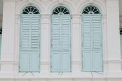 Vecchia finestra sulla parete di colore Immagine Stock