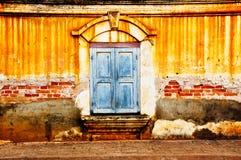 Vecchia finestra sulla vecchia parete Fotografie Stock