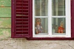 Vecchia finestra terrificante sulla parete incrinata Fotografia Stock