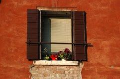 Vecchia finestra veneziana al tramonto, Italia Immagine Stock Libera da Diritti