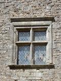 Vecchia finestra in vetro al piombo della parete di pietra del lavoro Fotografia Stock