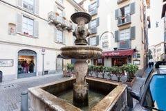 Vecchia fontana medievale nella vecchia parte della città di Bergamo, Italia Immagini Stock