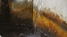 Vecchia fontana in montagna archivi video