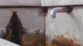 Vecchia fontana in montagna stock footage