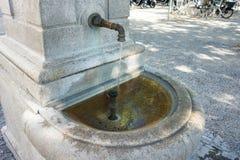 Vecchia fontana nella città per acqua potabile Fotografia Stock