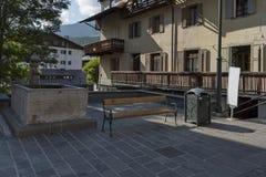 Vecchia fontana tradizionale nel ` Ampezzo vicino alle montagne della dolomia, dolomia, alpi, Veneto della cortina D Fotografia Stock