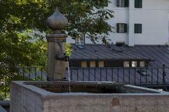 Vecchia fontana tradizionale nel ` Ampezzo vicino alle montagne della dolomia, dolomia, alpi, Veneto della cortina D Immagine Stock Libera da Diritti