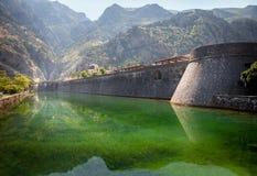 Vecchia fortezza di Cattaro Torre e parete, montagna al backgroun fotografia stock libera da diritti