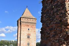 Vecchia fortezza e la sua torre con il cielo nei precedenti fotografie stock