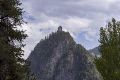 Vecchia fortezza su un'alta scogliera con un cielo nuvoloso nel fondo Fotografie Stock Libere da Diritti