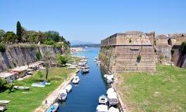 Vecchia fortificazione e la città del canale di Corfù, Grecia, Europa Immagini Stock Libere da Diritti