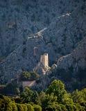 Vecchia fortificazione sulla montagna a Omis Immagine Stock