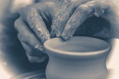 Vecchia foto dell'annata Il vasaio modella il vaso della brocca dell'argilla Immagine Stock Libera da Diritti