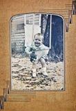 Vecchia foto di un bambino all'esterno Fotografie Stock