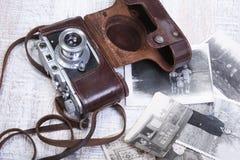 Vecchia foto-macchina fotografica della pellicola dell'annata nel caso di cuoio Fotografia Stock