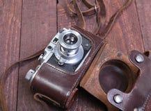 Vecchia foto-macchina fotografica della pellicola dell'annata nel caso di cuoio Fotografie Stock