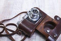 Vecchia foto-macchina fotografica della pellicola dell'annata nel caso di cuoio Fotografie Stock Libere da Diritti