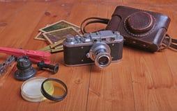 Vecchia foto-macchina fotografica della pellicola dell'annata nel caso di cuoio Immagini Stock