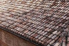 Vecchia foto stagionata del primo piano del tetto di mattonelle rosse Fotografia Stock