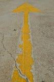 Vecchia freccia gialla sulla strada Fotografia Stock Libera da Diritti