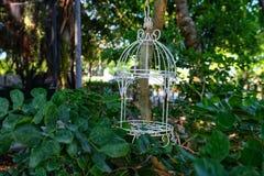 Vecchia gabbia per uccelli con ruggine fotografie stock