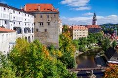 Vecchia galleria in città medievale Cesky Krumlov e nel fiume della Moldava immagini stock libere da diritti