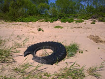 Vecchia gomma sulla spiaggia immagine stock libera da diritti