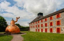 Vecchia grande distilleria di rame del whiskey sul fondamento di pietra fotografie stock
