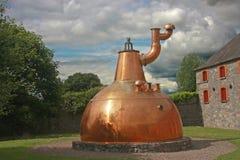 Vecchia grande distilleria di rame del whisky esterna fotografia stock libera da diritti