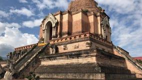 Vecchia grande pagoda in Wat Jedi Luang video d archivio