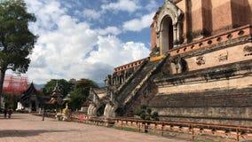 Vecchia grande pagoda in Wat Jedi Luang archivi video