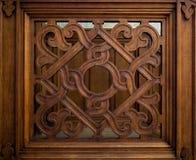 Vecchia grata di legno scolpita con un modello geometrico fotografia stock libera da diritti