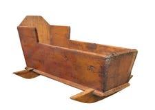 Vecchia greppia di legno del bambino isolata. Immagine Stock