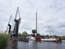 Vecchia imbarcazione a vela di legno tipica sul lago vicino a Sneek in olandese il PR Immagine Stock Libera da Diritti