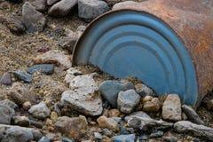 Vecchia immondizia arrugginita della spiaggia del barattolo di latta Fotografie Stock Libere da Diritti