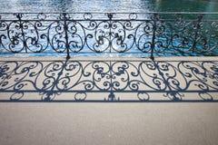 Vecchia inferriata del ferro battuto su un passaggio pedonale in Lucerna Svizzera immagine stock
