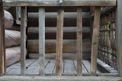 Vecchia inferriata di legno vicino alla casa fotografie stock libere da diritti