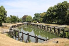 Vecchia installazione storica della chiusa dal fiume IJssel alla città di Zwolle nei Paesi Bassi, al giorno d'oggi usata come mon immagine stock libera da diritti