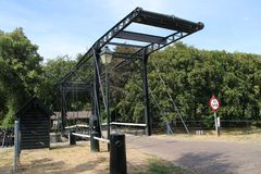 Vecchia installazione storica della chiusa dal fiume IJssel alla città di Zwolle nei Paesi Bassi, al giorno d'oggi usata come mon fotografia stock libera da diritti