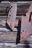 Vecchia lama arrugginita dell'aratro sulla parete di legno grigia del granaio Fotografia Stock Libera da Diritti