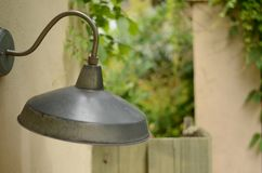 Vecchia lampada arrugginita nel patio immagini stock libere da diritti