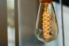 Vecchia lampada d'annata in caffetteria Immagini Stock Libere da Diritti