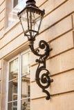 Vecchia lampada del ferro battuto su un esterno della costruzione Immagini Stock