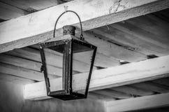 Vecchia lampada del metallo che pende dal soffitto di legno Foto in bianco e nero di Pechino, Cina immagini stock